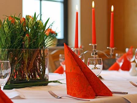 Raum Strandmuschel gedeckte Tafel - Feiern an der Ostee | Hotel Osteeland