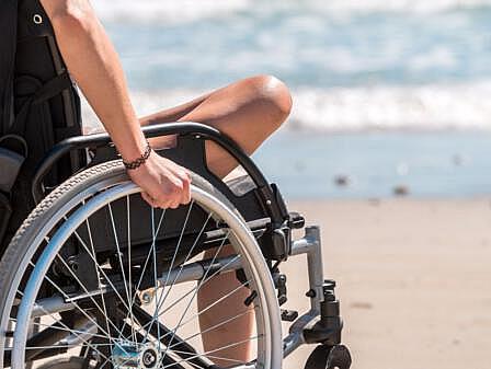 Junge Frau im Rollstuhl am Strand - Sorglos Urlaub an der Ostsee   Hotel Osteeland